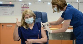 Εμβόλιο για τον κορωνοϊό: Δείτε τον πρώτο εμβολιασμό στην Ελλάδα