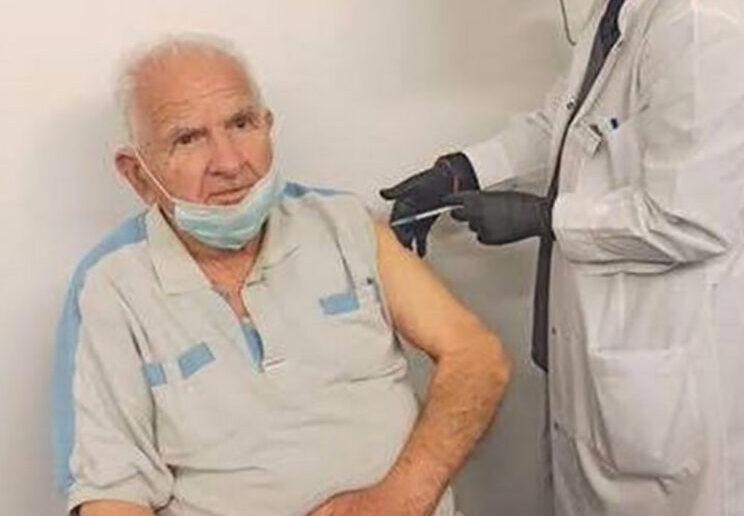 Εμβολιάστηκε ο τελευταίος επιζών Δωδεκανήσιος Ιερολοχίτης, Γιώργος Λιναρδής
