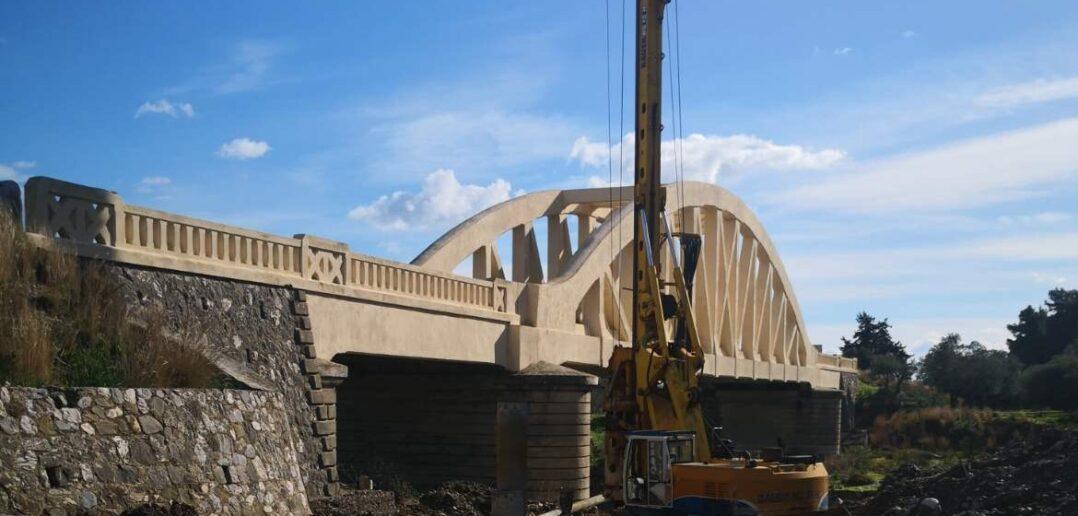 Σε πλήρη εξέλιξη από τη Δ/νση τεχνικών έργων και υποδομών του Δήμου Ρόδου οι εργασίες για την προστασία της παλαιάς – διατηρητέας γέφυρας γαδουρά