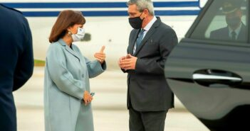 Η Πρόεδρος της Δημοκρατίας έφθασε στο νησί το μεσημέρι και την υποδέχθηκε ο περιφερειάρχης Νοτίου Αιγαίου, Γιώργος Χατζημάρκος