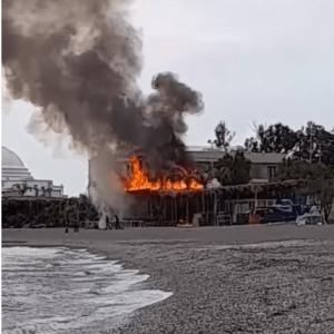 Φωτιά στο baia στην παραλία Έλλη