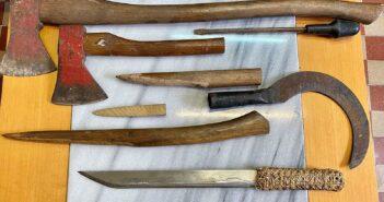 Κατασχέθηκαν-2-τσεκούρια-δρεπάνι-αυτοσχέδια-αιχμηρά-αντικείμενα-όπλα-και-το-μαχαίρι