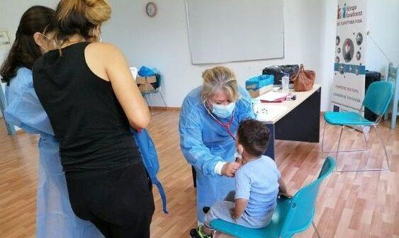 Παιδιατρική εξέταση και εμβολιασμός παιδιών Ρομά στη Ρόδο