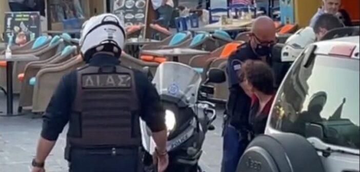 Συνέλαβαν πλανόδια μουσικό στη Ρόδο Χειροκροτούσε ειρωνικά ο κόσμος