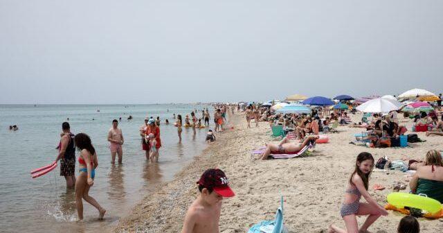 ΑΠΘ: Υπερδιασπορά του κοροναϊού τα Σαββατοκύριακα στις παραλίες