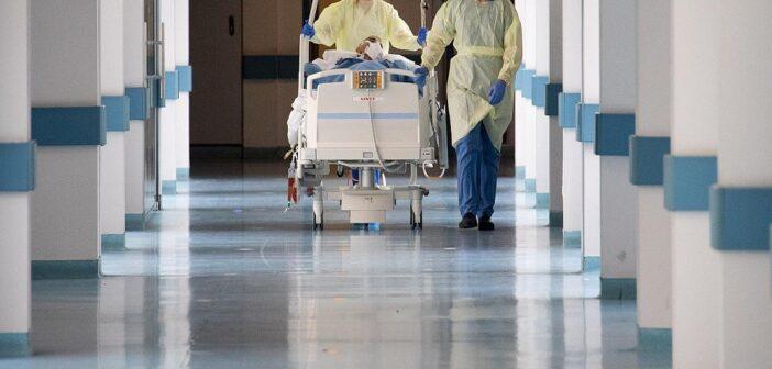 Δημοσιογράφος του ΣΚΑΪ με κορωνοϊό στέλνει μήνυμα από το νοσοκομείο: «Εμβολιαστείτε, έφτασα στα πρόθυρα της ΜΕΘ»