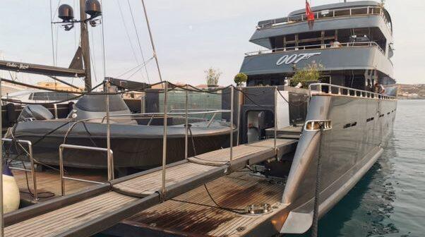 Σύρος: Ο «πράκτωρ 007» που κεντρίζει τα βλέμματα όλων Δείτε τη θαλαμηγό που φτιάχτηκε στην Τουρκία