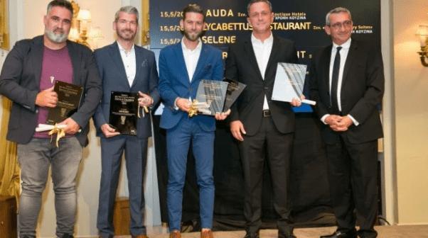 Χρυσοί Σκούφοι 2021: Βραβεύθηκαν τα καλύτερα εστιατόρια της χώρας -17 βραβεία σε εστιατόρια των Κυκλάδων και της Δωδεκανήσου.