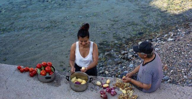Κυκλάδες - Κίναρος: Η κυρά Ρηνιώ μας κάνει το τραπέζι με πατατάτο
