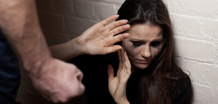 Άγριος ξυλοδαρμός 30χρονης από τον σύζυγο της μέσα σε ταξί: Σε κατάσταση σοκ το θύμα